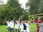 Kinder beim Bogenschießen mit den selbst gebauten Bögen