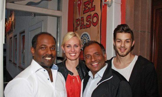 Zur Eröffnung vom El Paso kamen auch Prominente. Mit Inhaber Kuma Jey (links) freuen sich deshalb hier auch Leonie Schneider (Schauspielerin), Prashant Prabhakar Jaiswal (u.a. Tatort, Stromberg) und Nikolai Haag (Mister Internet 2015)