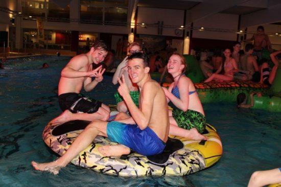 Spaß im Nassen: Zufriedene Besucher der Pool-Party im Aquapark Baunatal.