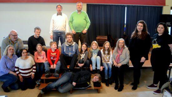 (Stephanusschule) Szenenausschnitt mit einem Teil der Darsteller der Kinder- und Jugendpassion an der Stephanusschule Paderborn