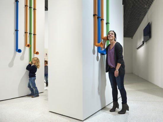Vom HörenSAGEN Die Installation von Ole Werner vermittelt die Tradition der mündlichen Weitergabe von Sagen auf ganz plastische Art und Weise.