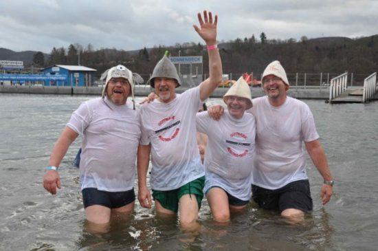 Kopfüber in den kalten Edersee - Nur was für hartgesottene: Neujahrsschwimmen an der Sperrmauer