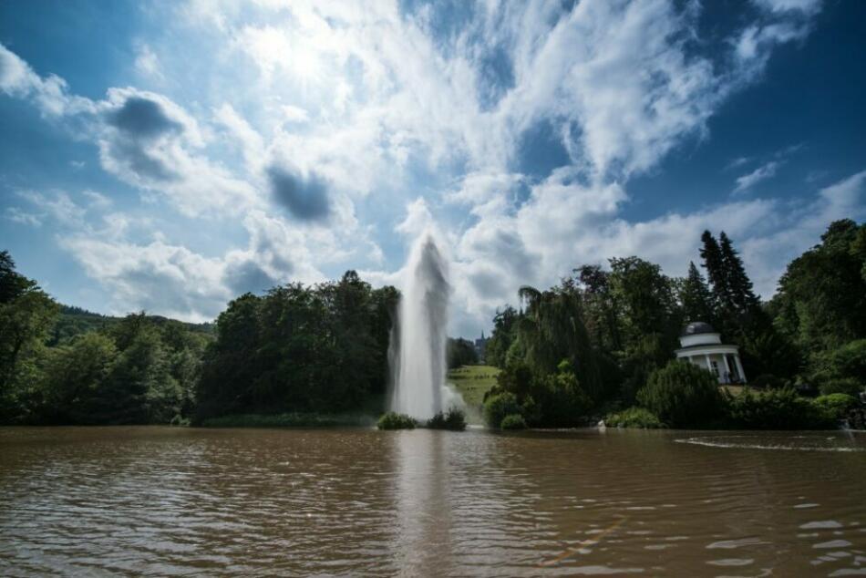 Fontänenteich: Die mit dem bis heute größten Volumen in einer Höhe von 50 Meter geysirartig aufsteigende Große Fontäne wurde bereits 1767 unter Friedrich II. - damals noch mit einer geringeren Höhe- geschaffen. Vom Fontänenteich fließt das Wasser über zahlreiche Wasserfälle und Kaskaden sowie die Wasserfälle an der Roseninsel weiter der Fulda zu.