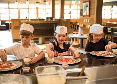 Huzzah-eatery-colonial-williamsburg-kids-make-pizza