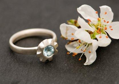 pretty sky blue topaz flower ring in silver