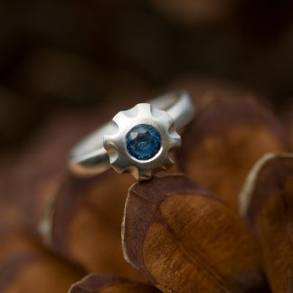 Blue sapphire flower ring in matt silver