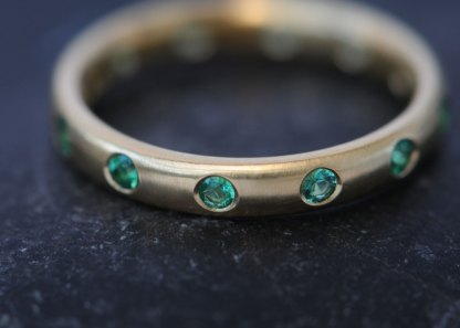 emerald-eternity-band-in-18K-yellow-gold