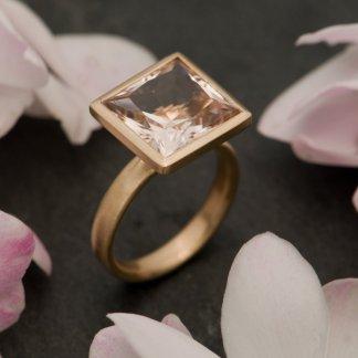 Morganite 12mm princess cut in 18K yellow gold
