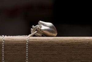 9K white gold anatomical heart pendant