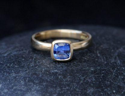 blue sapphire 6mm cushion cut ring 18K yellow gold