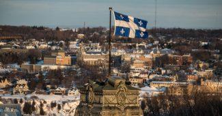 Imagem mostrando edifício com a bandeira da província de Québec