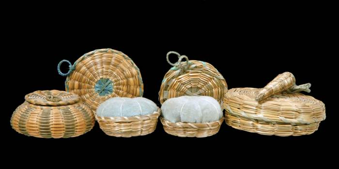 Lot 148: Small Baskets, Clothespins, and Table Mats