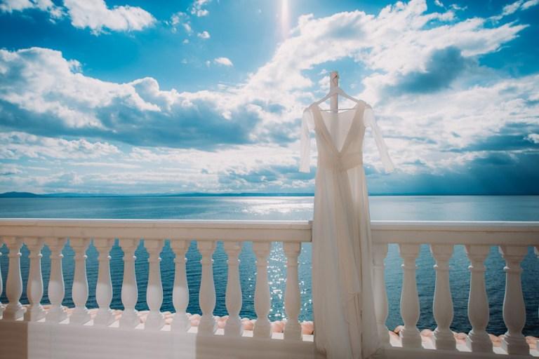 vestido de novia de isabel nuñez fotografiado en la costa brava por will marsala