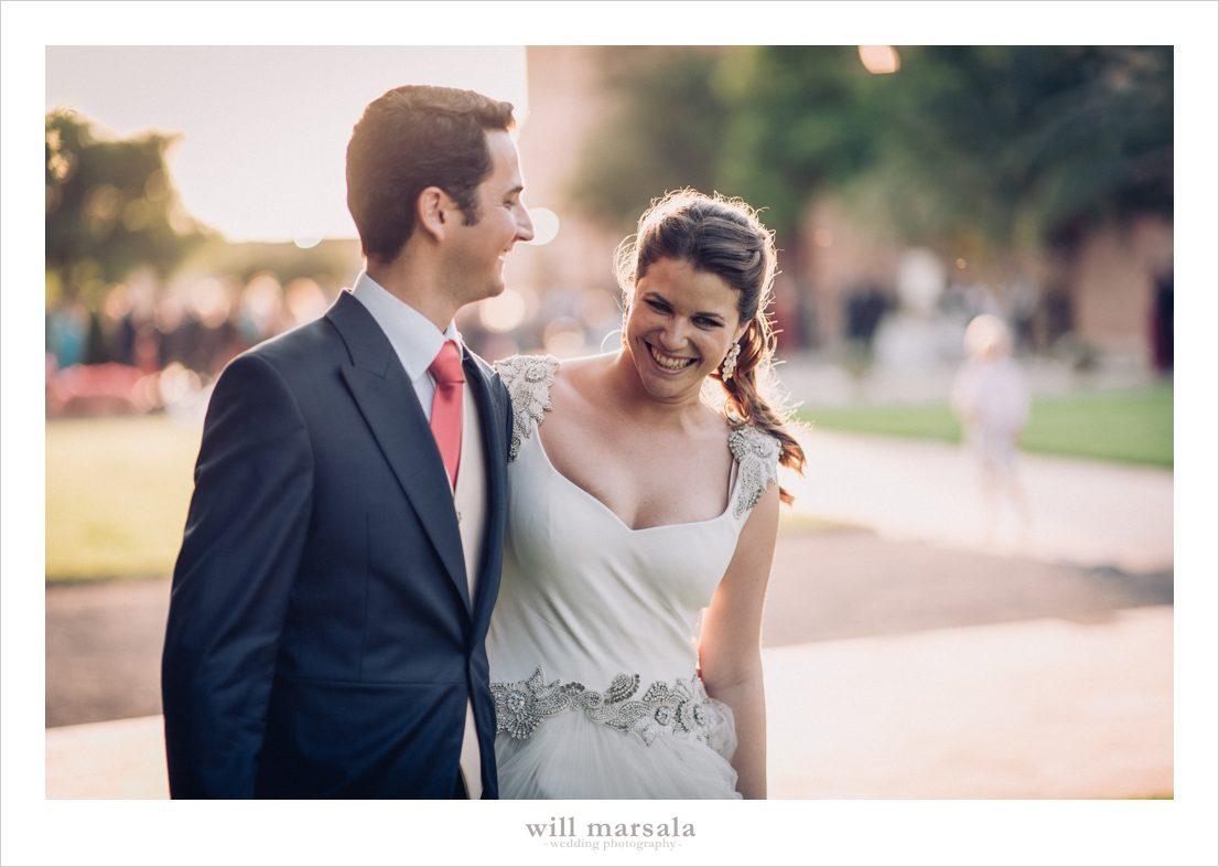Foto espontánea de los novios el día de su boda