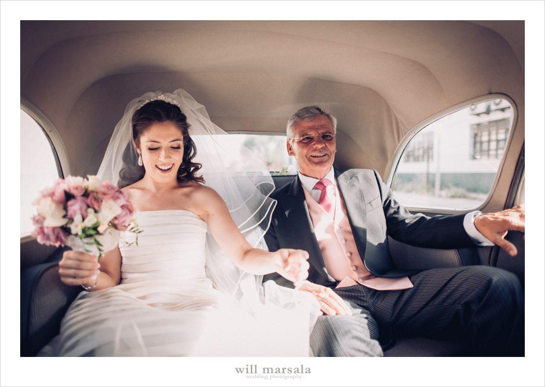 padre y novia en el coche de los novios para ir a la ceremonia