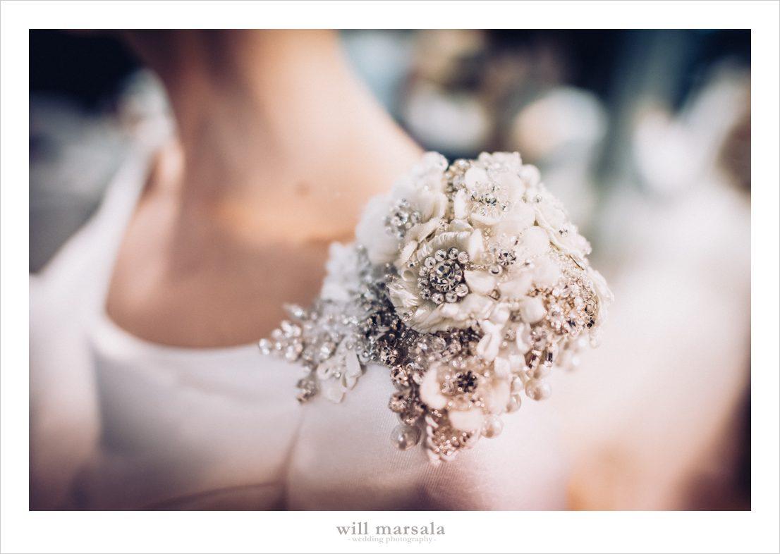 detalle en el hombro del vestido de novia de Aroa fotografiado por will marsala