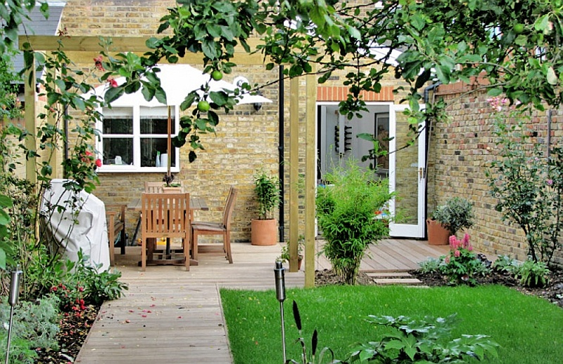 Making the most of your British garden space with flowers ... on Terraced House Backyard Ideas id=40296
