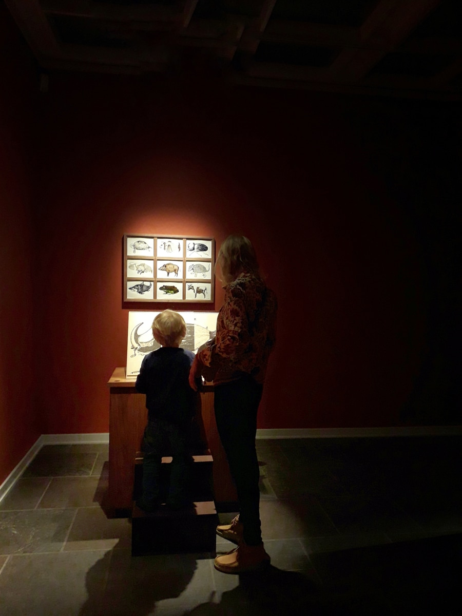 En voksen og et barn står ved Cecilia Westerbergs Fabeldyrsgenerator i Alkymistens Laboratorium