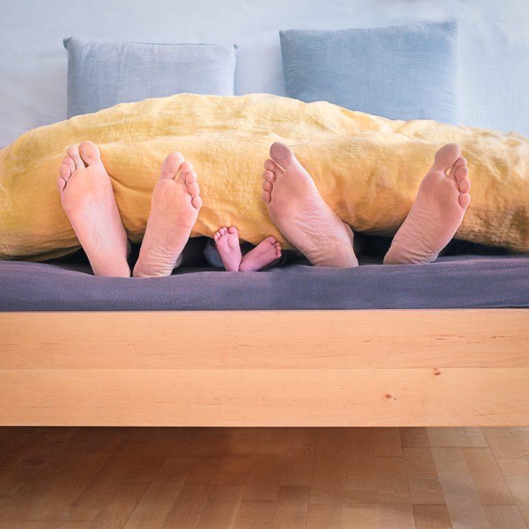 Füße im Bett