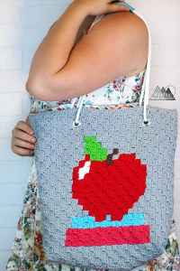 The Teacher's C2C Modern Toe Bag free crochet pattern is the perfect handmade teacher's gift. The step by step tutorial will talk you through how to make this crochet bag with all the beautiful details. #crochetbag #c2ccrochet #moderncrochet #crochettote