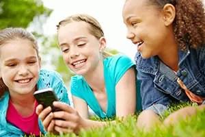 Für unsere Kinder sind das Internet und das Smartphone Alltagsgegenstände wie Messer und Gabel - © istock.com/gradyreese