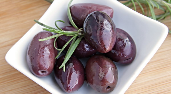 Marinated Olives with Rosemary and Chile