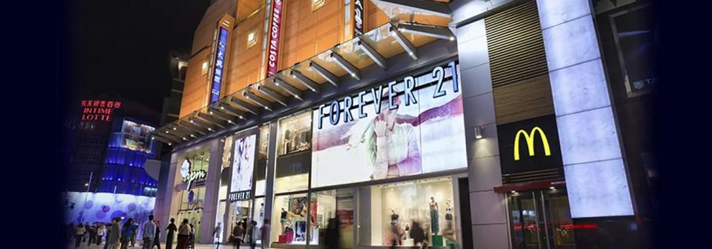 écran géant en façade de commerces