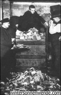 Deutsche stampfen Banknoten ein, die nach der Währungsreform vom November 1923, die die Hyperinflation beendete, nicht länger gesetzliches Zahlungsmittel waren