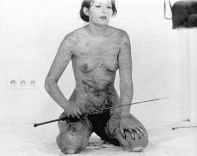 marina-abramovic-thomas-lips-galerija-krincinger-inzbruk-1975-vlasnistvo-galerije-sona-kelija-u-njujorku