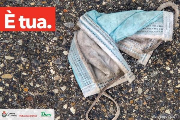 """""""È tua"""". La campagna fotografica di Laura Lezza contro l'abbandono delle mascherine"""