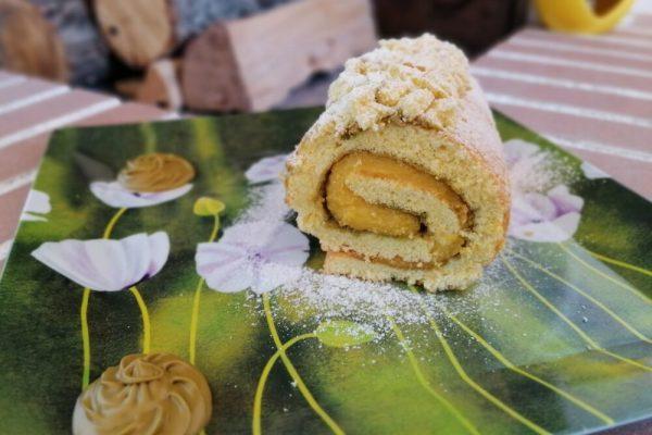Rotolo di pasta biscotto con crema all'arancia