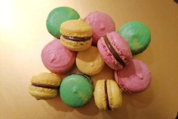 Macarons, piccoli dolcetti francesi colorati