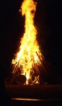 Flammen prasseln bei der Sommersonnenwendfeier des MKV.