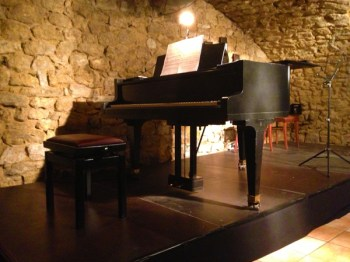 Die Nähe zur Bühne schafft eine intime Atmosphäre.
