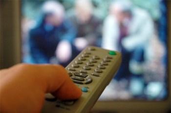 Fernbedienung und TV