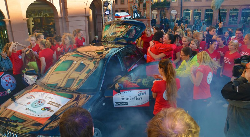 WELTREKORD in Mainz 25 Cheerleader in einem Audi A3