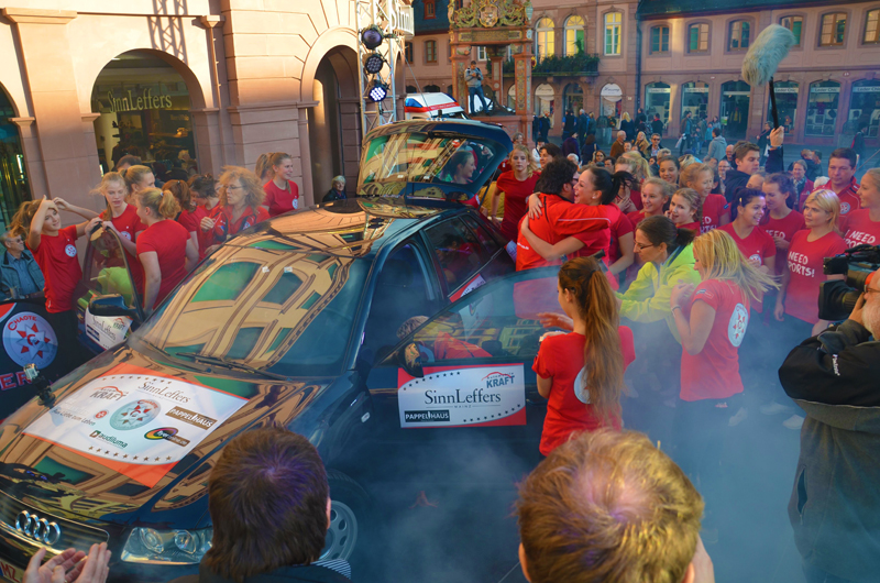 WELTREKORD in Mainz 25 Cheerleader in einem Audi A3