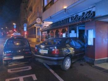 Rrrrrumms!! Eingang zum China-Restaurant mit Drive-In verwechselt?
