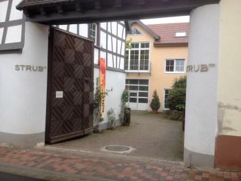 Der Niersteiner Künstlerkreis stellte im Weiungut J. u. H. Strub aus.
