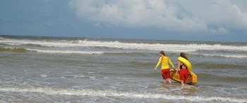 """""""Rettungsbrett"""" Mit dem Rettungsbrett, das Ulla Niemann und Marina Ulrich hier tragen, kann auch bei starker Brandung ein Schwimmer aus den Wellen gezogen werden. Foto: Luisa Rehkopf"""