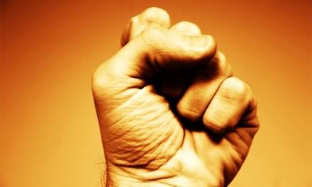 Mutiger Bürger verfolgt brutalen Schläger und hilft der Polizei