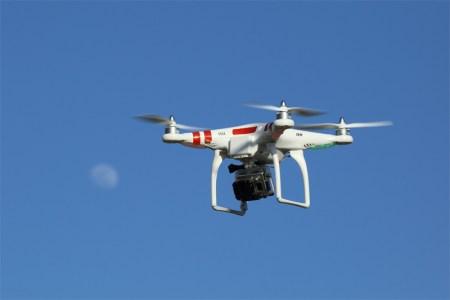 Brutaler Dieb will Drohne klauen. (Symbolbild: wikimedia CC-Lizenz)