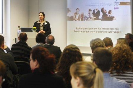 FAW-Psychologin Elisabeth Riebschläger informierte über das Angebot der FAW für Menschen mit Posttraumatischer Belastungsstörung (PTBS).