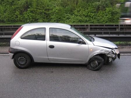 Der beschädigte Wagen der 19-Jährigen. (Foto: Polizei Mainz)