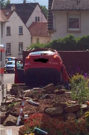 Das Auto hängt auf einer Bruchsteinmauer fest. Die Bergung dürfte schwierig werden. (Bild: Andreas Lerg)