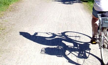 Rüpel-Radler ohrfeigt Fußgänger