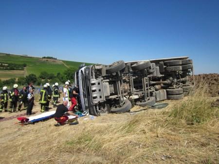 Der umgestürzte LKW. (Bild: Schmitt, Feuerwehr Wörrstadt)