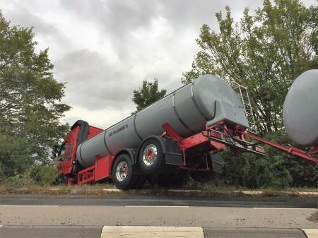 LKW rutscht bei Nackenheim von der Fahrbahn