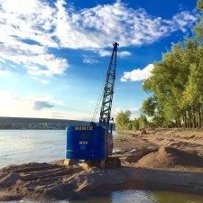 Mit einem Menck M60, einem historischen Seilbagger, wurde die letzten drei Tage Kies an der hessischen Anlegestelle der Fähre ausgebaggert um das Fahrwasser zu vertiefen. (Foto: Andreas Lerg)