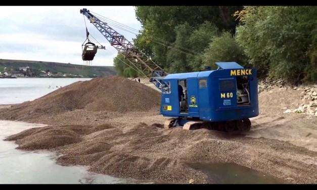 Historischer Menck M60 Seilbagger vertieft Fahrwasser der Landskronfähre